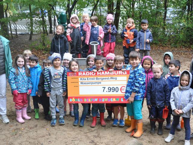 Introbild Neue Wasserpumpe Kita Ernst-Bergeest Weg finanziert von Hörer helfen Kindern