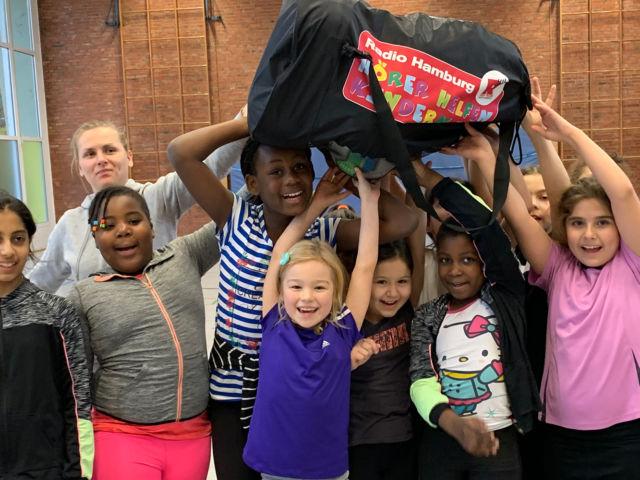 Spendenübergabe von Hörer helfen Kindern an die Kicking Girls