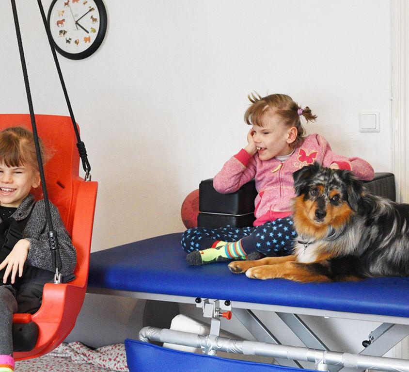 Introbild Enie und Luna bekommen ihre Nestschaukel von Hörer helfen Kindern