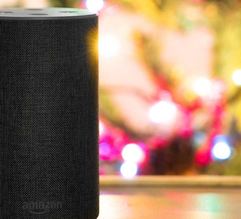 Introbild Amazon Echo mit Alexa steht auf Tisch vor Weihnachtsbaum
